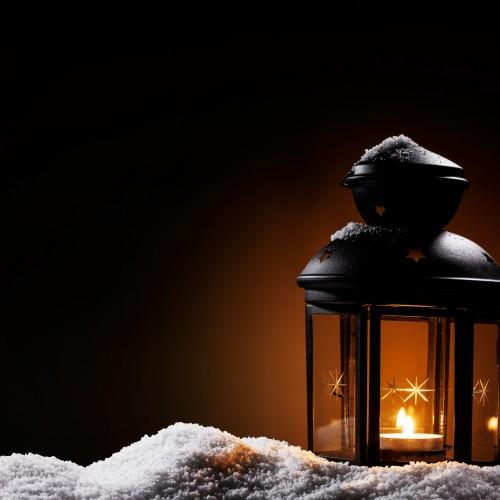 Beispielgalerie, laterne in der dunkelheit steht im schnee